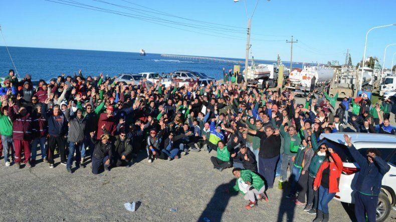 Camioneros bloqueó la playa de tanques ayer a la mañana y aún espera una notificación de Trabajo sobre la conciliación obligatoria en el conflicto.
