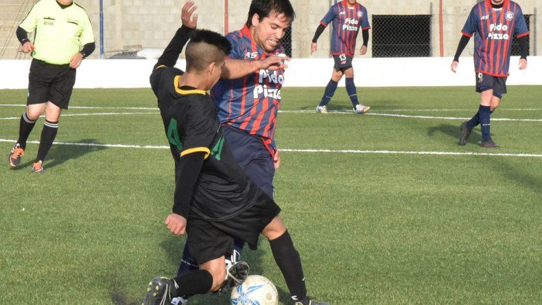 Fernando Calculef disputa una pelota con el defensor Franco Rodríguez.