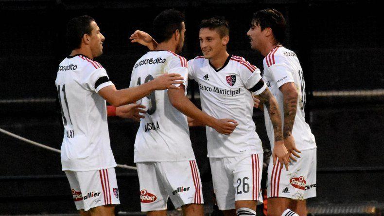Héctor Fértoli festeja con sus compañeros uno de los dos goles que le marcó ayer a Olimpo.