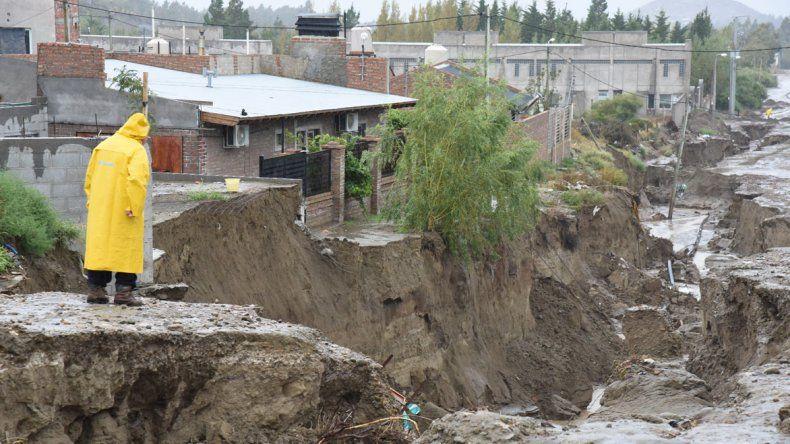 Mañana se cumplen dos meses del inicio del temporal y el trabajo no se detiene para reacondicionar la ciudad. A la derecha una imagen de los daños causados por la lluvia en la trama vial.