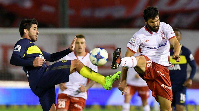 Pablo Pérez disputa el balón con Nicolás Romat en el partido jugado anoche en Parque de los Patricios.