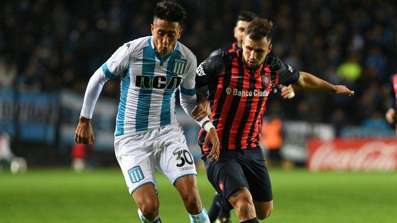 Santiago Rosales se lleva el balón marcado por Franco Mussis en el partido jugado anoche en Avellaneda.
