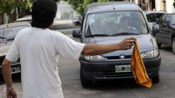 Trapitos y conductores se unen para no pagar estacionamiento