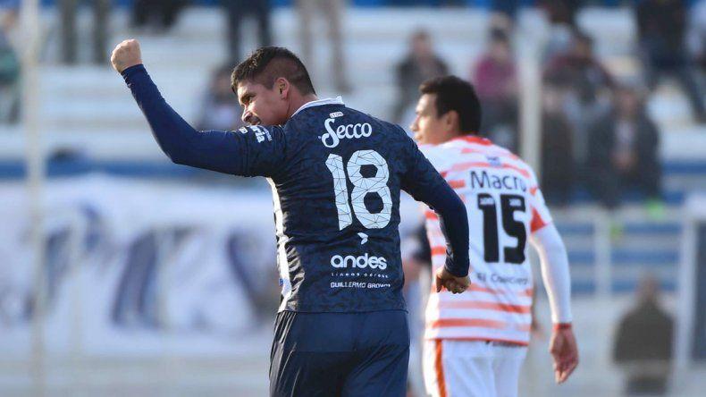 Rubén Ramírez festeja el gol que le anotó ayer a Crucero del Norte.