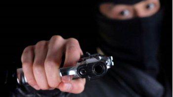 encapuchados asaltaron a punta de pistola a un almacenero