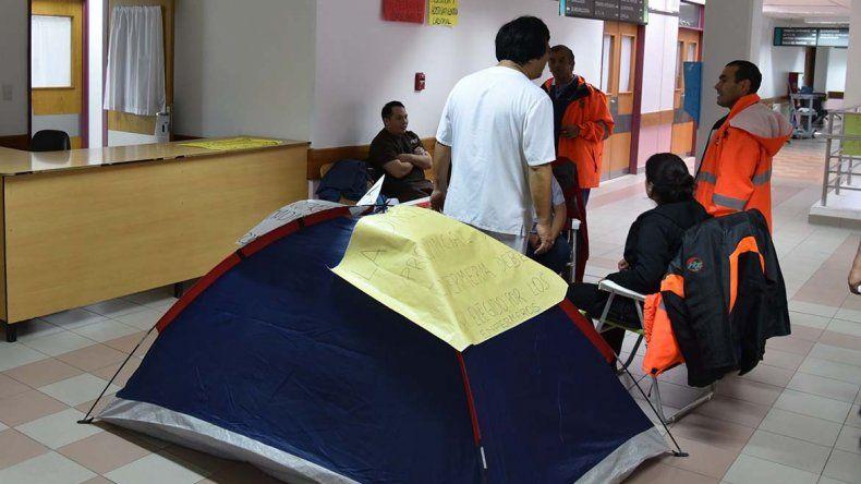 Los enfermeros desplazados del Servicio de Emergencias Médicas mudaron la carpa que habían instalado en la planta baja y la colocaron en el acceso a las oficinas de la dirección hospitalaria