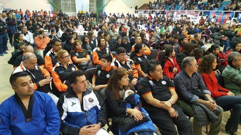 Representantes de todas las instituciones beneficiadas coparon el gimnasio municipal 1.