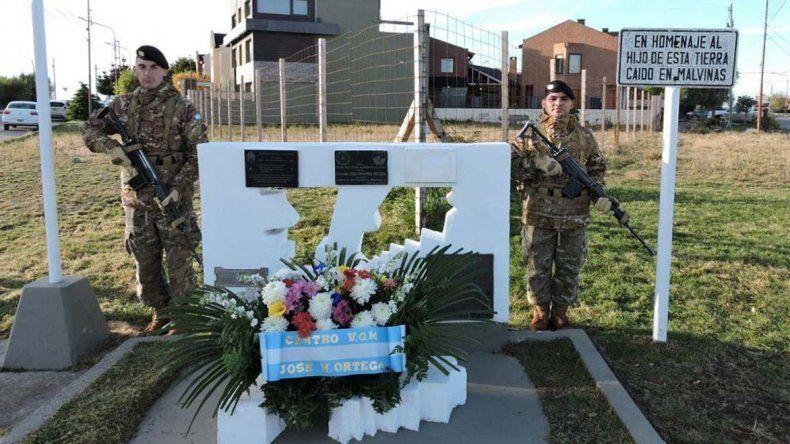 Efectivos de Ejército montaron una guardia de honor junto al monolito que perpetúa la memoria del soldado José Honorio Ortega.