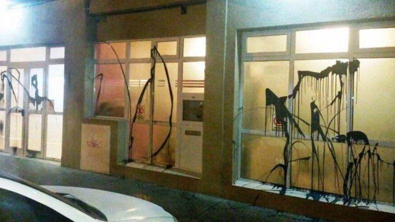 Estado en que quedó el frente de la sede del gremio docente por la pintura que arrojaron desconocidos.