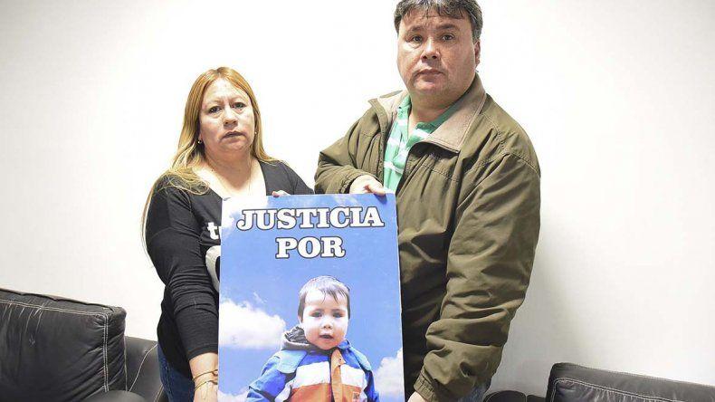 Graciela Cuyul y Pedro Cerda reclaman justicia por la muerte de su hijo Matías.