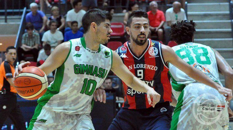 Jonatan Machuca con el balón marcado por Santiago Scala en un duelo que jugaron San Lorenzo y Gimnasia en la temporada.