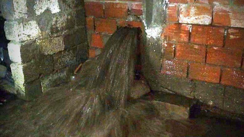 Por malas maniobras de maquinaria quedaron tres barrios sin agua y casas inundadas