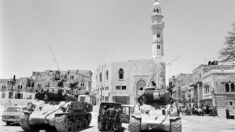 En la imagen superior se observa Belén durante la ocupación de 1967 y en la foto inferior su panorama actual.