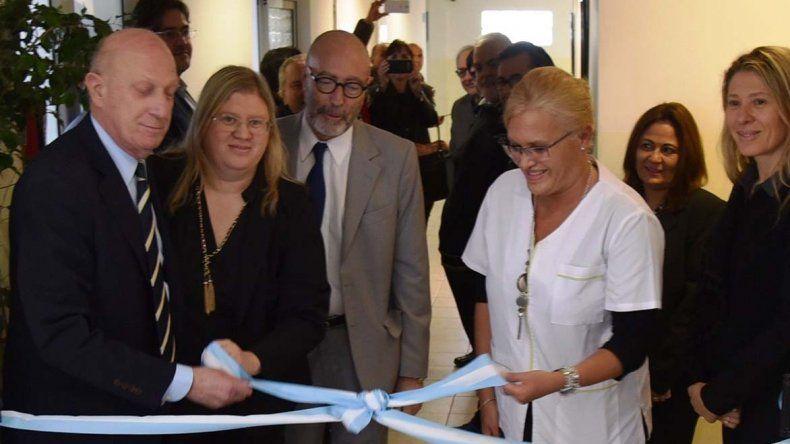 El tradicional corte de cintas fue realizado por directivos de la clínica y profesionales a cargo del servicio de oncología.