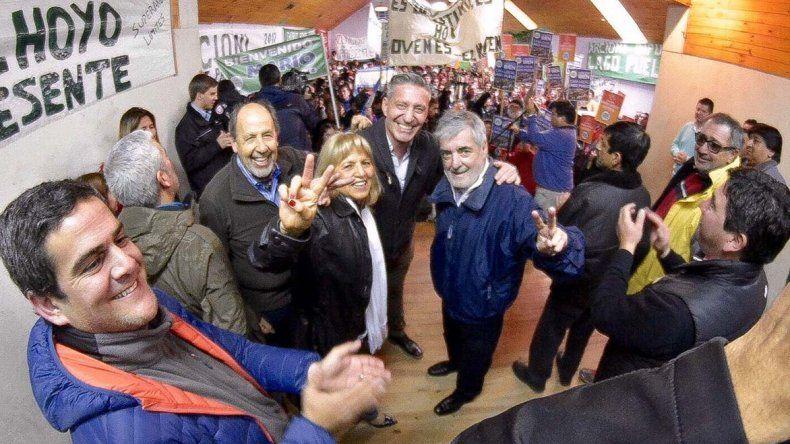 Mario Das Neves con los candidatos. El gobernador dijo que no se viven momentos fáciles y valoróla lealtad de su vicegobernador que ahora irá por la diputación nacional.