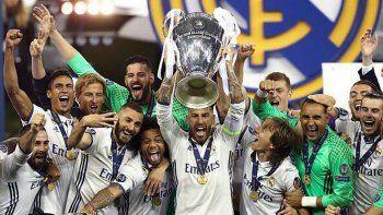 Sergio Ramos y todo Real Madrid festeja la consagración ayer en Cardiff.