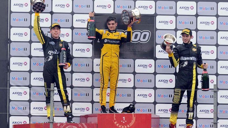 Manuel Luque –centro- en el podio del TC2000 ayer en el autódromo de Paraná.