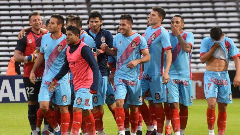 Los jugadores de Arsenal festejan la gran victoria ayer ante Belgrano que quedó último en las posiciones.