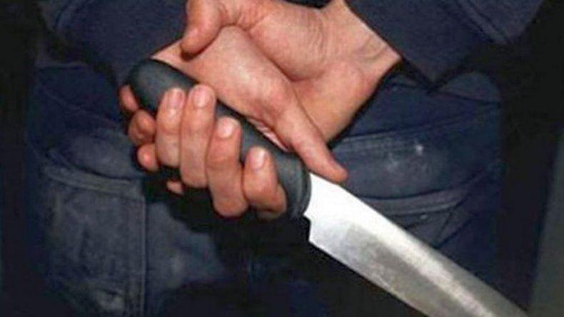 Amenazó a un vecino con un cuchillo por no dejarlo colgarse de la electricidad