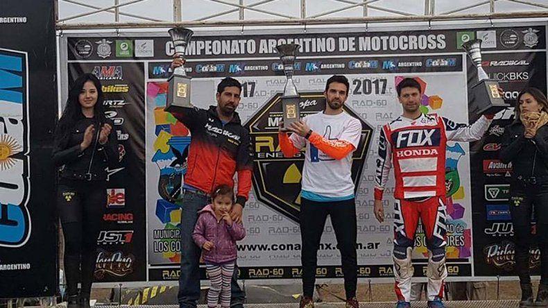 Alejo Pires –centro– durante la premiación en el campeonato Argentino MX de motocross que se corrió en Córdoba.