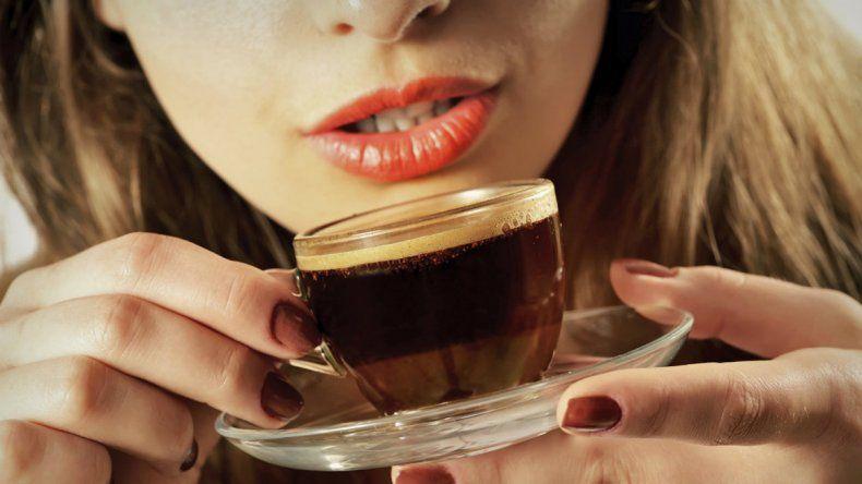 Beber mucho café protege contra el cáncer de hígado
