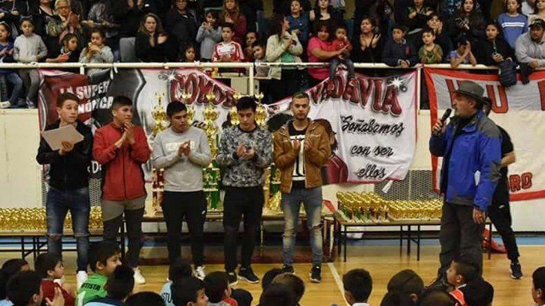 Los bicampeones argentinos juveniles de La Super tuvieron un merecido homenaje en el gimnasio municipal 1.