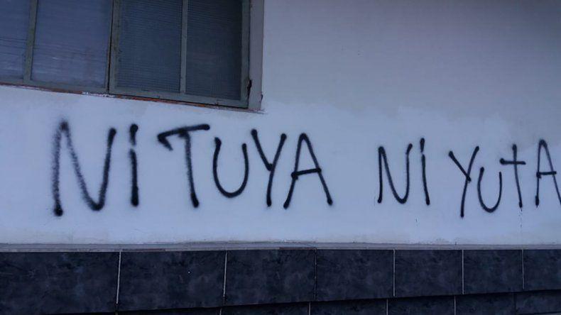 La Comisión de Género de la Universidad Nacional de la Patagonia San Juan Bosco reivindicó mediante un comunicado las pintadas efectuadas el sábado en la Catedral San Juan Bosco.