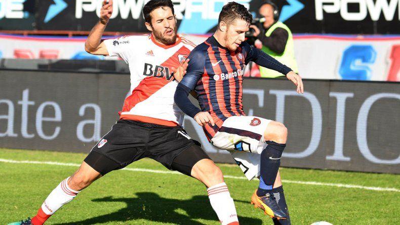 Camilo Mayada disputa el balón con Bautista Merlini. River volverá a jugar recién el domingo 18 cuando reciba a Racing.