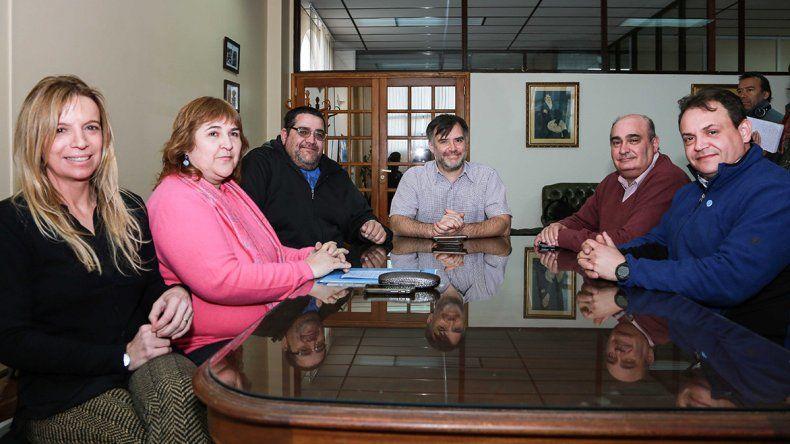 Autoridades de la Universidad Nacional de la Patagonia San Juan Bosco trabajan en los preparativos del primer concierto de la Orquesta Sinfónica de la casa de altos estudios.