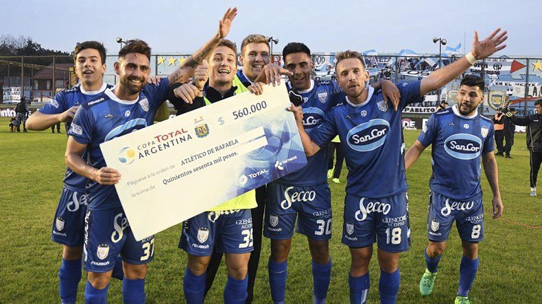 Los jugadores de Atlético Rafaela festejan su pase a una nueva instancia de la Copa Argentina y con un cheque de 560 mil pesos.