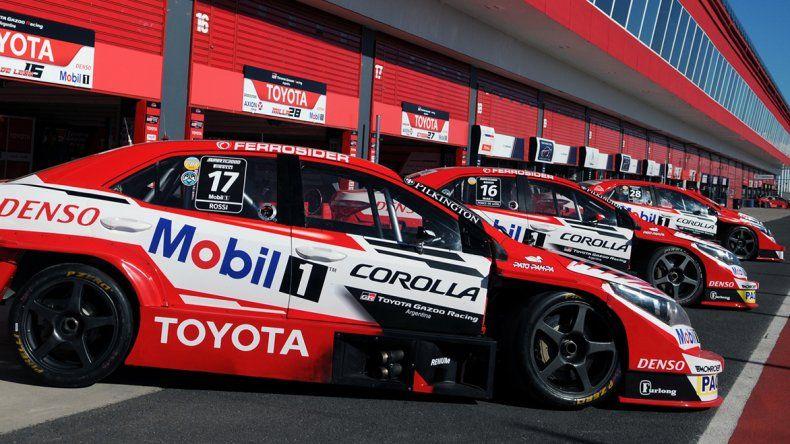 Los autos del equipo Toyota en el autódromo de Termas de Río Hondo
