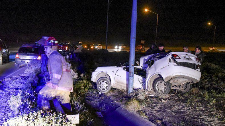 El fuerte viento habría provocado que el automovilista chocara contra el poste de alumbrado público en el Camino del Centenario.