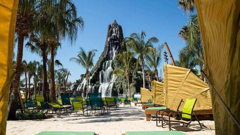 La atracción central es un volcán de 61 metros de altura que reina sobre un parque.