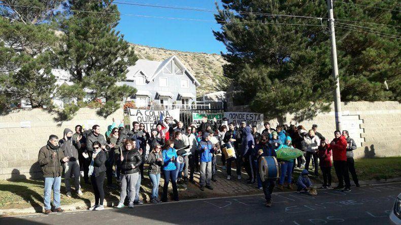 Damnificados de La Colina y Lomas Verdes volvieron a manifestarse contra Minera Nueva León y advirtieron sobre la venta de otro loteo sin controles estatales.