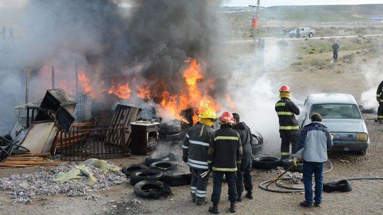 El fuego redujo a escombros una vivienda de precaria construcción y se potenció por la gran cantidad de cubiertas que hacían las veces de cerco perimetral.