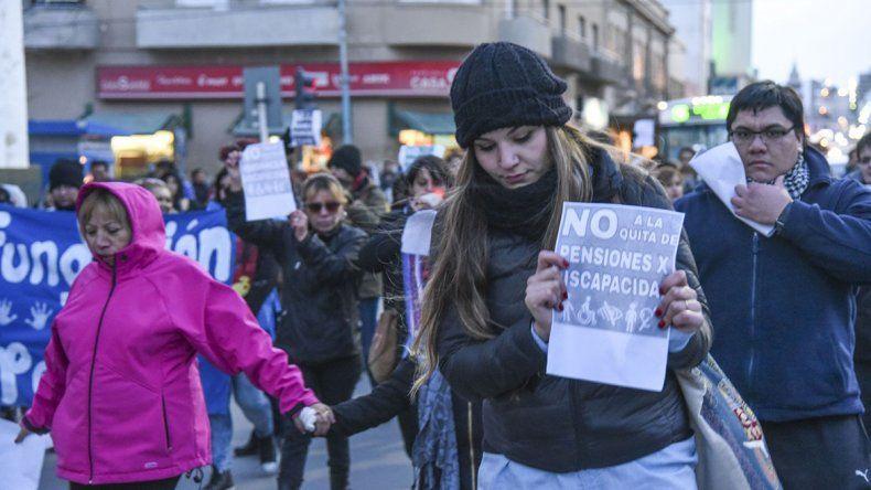 La marcha en reclamo de la quita de pensiones reunió a más de 300 personas en Comodoro Rivadavia.