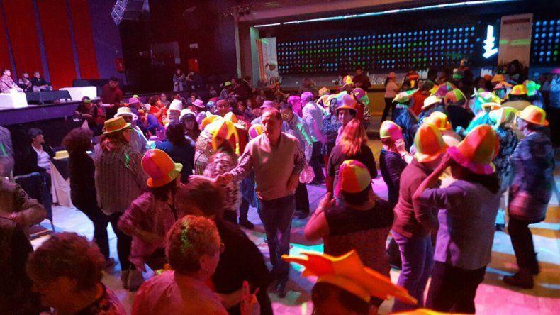 Hasta el intendente se sumó al baile ayer en la fiesta de los adultos mayores.