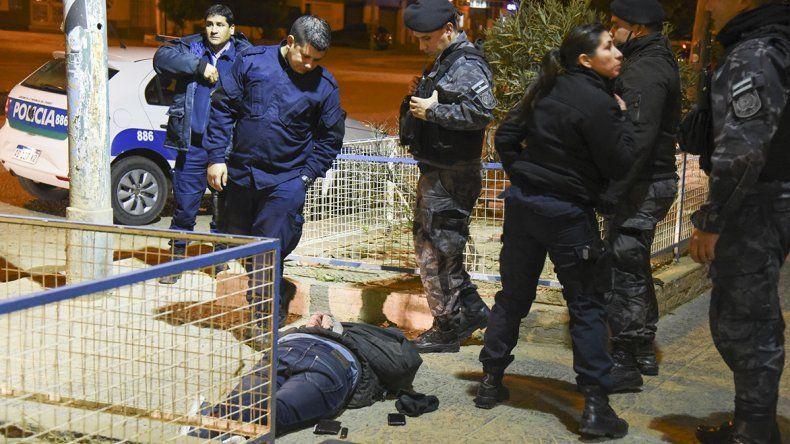 Asaltaron a un anciano mientras se bañaba y la policía logró atrapar a dos de los autores