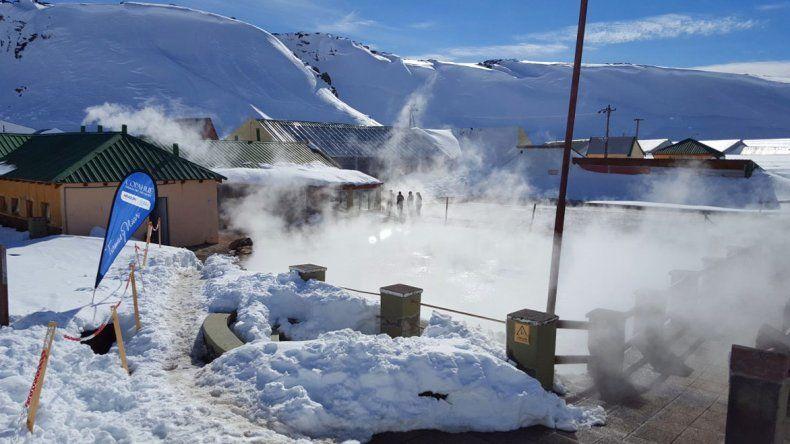 La propuesta combina las actividades de invierno de montaña con las opciones que ofrece el centro termal Copahue.