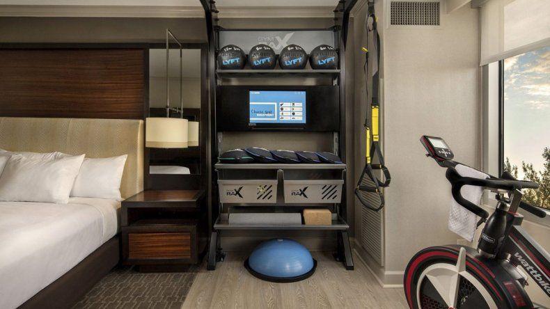 Los equipos de entrenamiento se encuentran a pocos metros de las camas en las habitaciones.