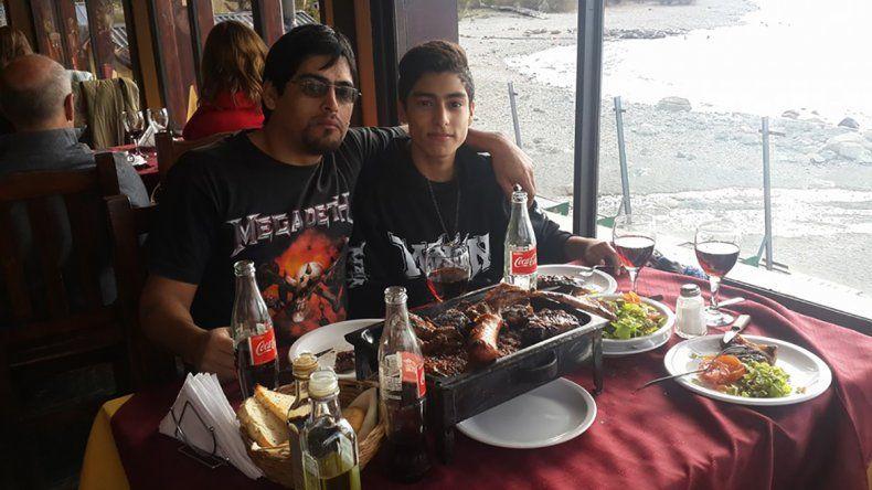 Luis y Agustín Flores integran la banda Evitando el Ablande donde tocan juntos hace dos años.