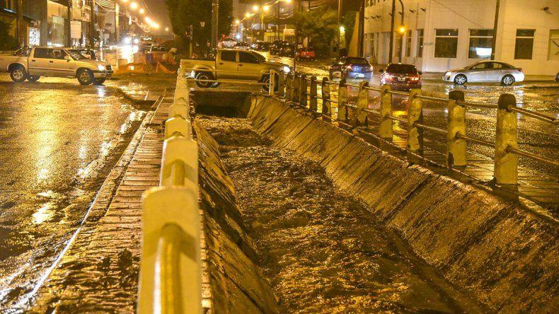 El canal evacuador de la avenida Roca casi al máximo de su capacidad durante la noche del viernes.