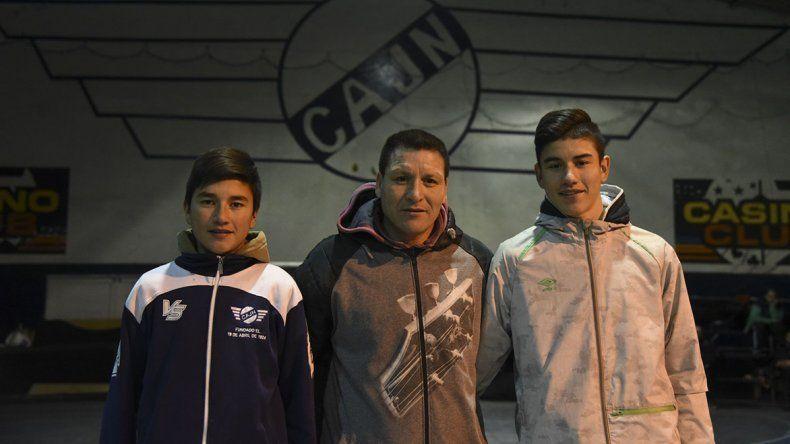 Daniel Encinas junto a sus dos hijos que están en Jorge Newbery