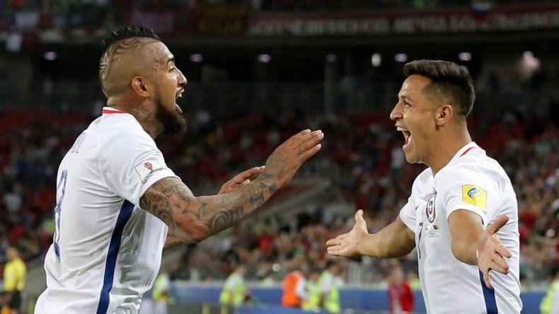 Arturo Vidal festeja con Alexis Sánchez el triunfo del debut en la Copa Confederaciones.