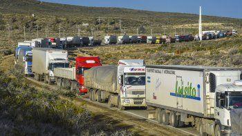 Centenares de transportes de carga y vehículos livianos no pueden circular desde el sábado por la Ruta 3 hacia el sentido norte de Comodoro Rivadavia.