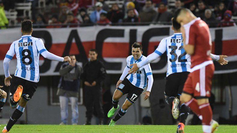 Walter Acuña festeja el 3-0 parcial. Racing terminó sufriendo pero festejó con justicia en el Monumental.