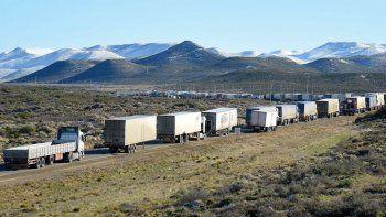 Varados, sin agua y sin alimentos. Más de 400 camiones permanecen en la salida de Comodoro Rivadavia hacia el norte por ruta 3 desde el viernes a la noche.