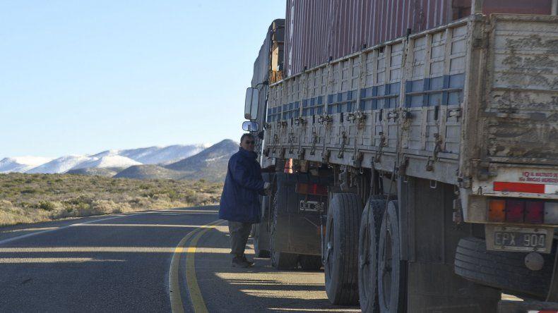 Camiones varados sobre Ruta 3 tras el temporal de nieve