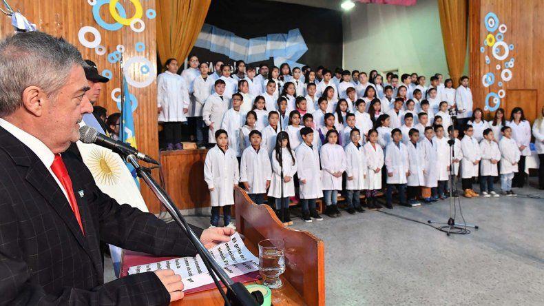 Das Neves le tomó la promesa de lealtad a la Bandera nacional a 85 alumnos de Trelew y los instó a seguir el camino de los próceres.