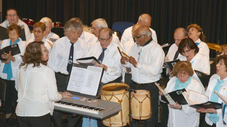 Los coros municipales celebraron el Día de la Bandera en el Centro Cultural.